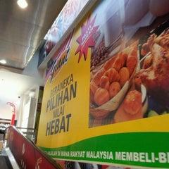 Photo taken at Giant Hypermarket by kinn_cain on 10/23/2011