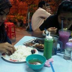 Photo taken at Warong Baroka (Pecal Lele & Pecal Ayam) by Herdyana H. on 11/8/2011