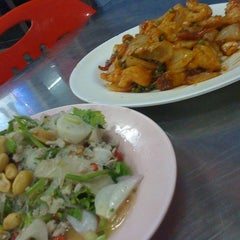 Photo taken at ร้านม้วนข้าวต้มโต้รุ่ง by Riinzz S. on 6/21/2012