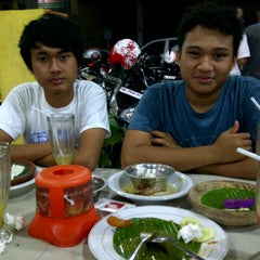 Photo taken at Ayam Lepaas by Rizfan M. on 11/9/2012