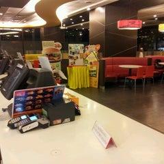 Photo taken at McDonald's & McCafé (แมคโดนัลด์ & แมคคาเฟ่) by เจษฎากร ฝ. on 12/12/2012