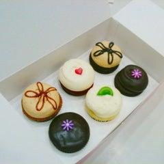 Photo taken at Georgetown Cupcake by Sevan G. on 11/25/2012
