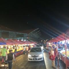 Photo taken at Sunday Market (Pasar Minggu Satok) by Mohd H. on 10/25/2014