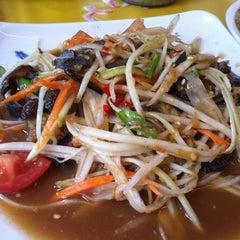 Photo taken at ส้มตำ ร้านส้มตำเจ๊ไหม by Tanwarat S. on 10/28/2012