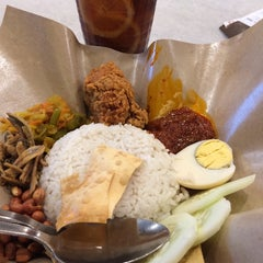 Photo taken at OldTown White Coffee by Annahanna H. on 10/1/2014