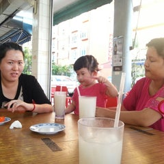 Photo taken at Lai Huat Seafood Restaurant 来发海鲜菜馆 by Brina A. on 4/20/2013