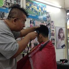 Photo taken at Kedai Gunting Rambut Putatan by junaidi r. on 5/16/2013