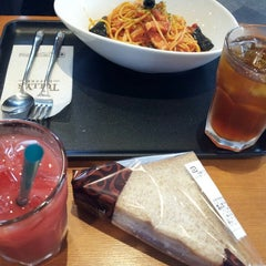 Photo taken at TULLY'S COFFEE 田町グランパーク店 by tsubasa i. on 6/23/2013
