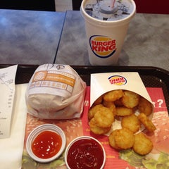 Photo taken at Burger King (เบอร์เกอร์คิง) by Jear L. on 3/6/2015