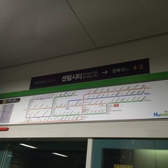 Photo taken at 센텀시티역 (Centum City Stn.) by Young Jun K.🙇 on 6/28/2014