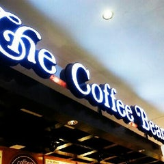 Photo taken at The Coffee Bean & Tea Leaf by WoeiCheng W. on 6/3/2013