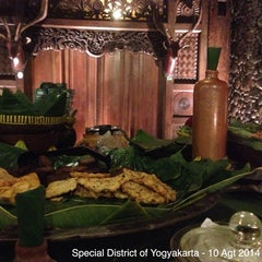 Photo taken at Waroeng Pecel Solo by Indra Edi S. on 8/10/2014
