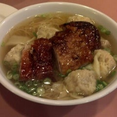 Photo taken at 102 Noodles Town 永旺飯店 by Frederic D. on 1/1/2013