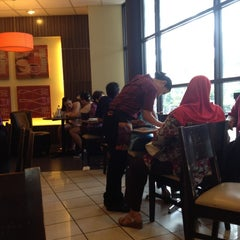 Photo taken at Pizza Hut by Meor S. on 12/15/2012