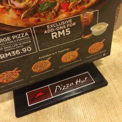 Photo taken at Pizza Hut by Ata on 9/13/2015