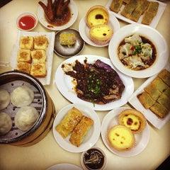 Photo taken at Swee Choon Tim Sum Restaurant 瑞春點心拉麵小籠包 by Joan S. on 10/13/2012
