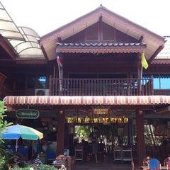 Photo taken at ร้านอาหาร เพื่อน (แม่กลอง) by Tããl T. on 2/16/2014