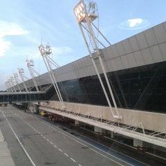 Photo taken at Aeroporto Internacional de Belém (BEL) by PH Gomes 《. on 3/27/2013