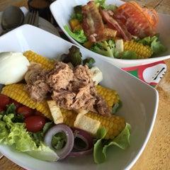 Photo taken at Fresh Boxx Salad Café (เฟรชบ็อกซ์ สลัดคาเฟ่) by In Chaivisal on 5/10/2015