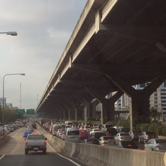 Photo taken at แยกสุทธิสาร (Sutthisan Intersection) by YoNgYeE on 3/25/2013