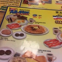 Photo taken at Waffle House by Sinsinxo on 1/6/2014