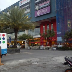 Photo taken at Solo Square by Maria B. on 4/23/2013