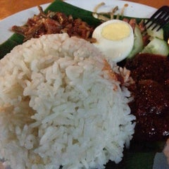 Photo taken at Nasi Lemak Famous by Buvanes R. on 2/22/2013