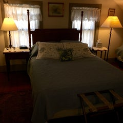 Photo taken at Stagecoach Inn Bed & Breakfast by Laura C. on 10/19/2014