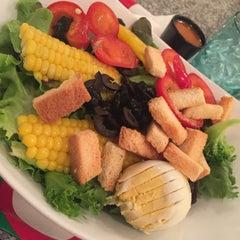 Photo taken at Fresh Boxx Salad Café (เฟรชบ็อกซ์ สลัดคาเฟ่) by Near P. on 5/26/2015