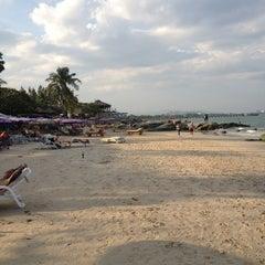 Photo taken at ชายหาดหัวหิน (Hua Hin Beach) by Somboon K. on 1/10/2013