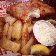 Photo taken at Red Robin Gourmet Burgers by Kim R. on 5/31/2013