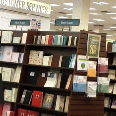 Photo taken at Barnes & Noble by Kiki L. on 6/14/2013