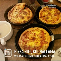 Photo taken at Pizza Hut by A . D on 3/5/2013