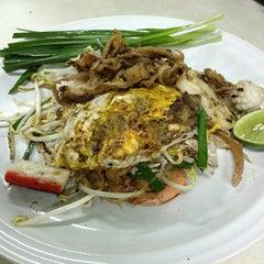 Photo taken at วรรณ ผัดไทย by Peera B. on 1/20/2013