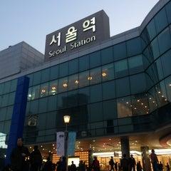 Photo taken at 서울역 (Seoul Station - KTX/Korail) by Jinhw J. on 4/4/2013