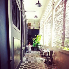 Photo taken at L'USINE: Et la Cafeteria de L'Usine by Trần Quốc Huy on 4/26/2013