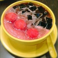 Photo taken at Honeymoon Dessert by Fransisca S. on 10/4/2012