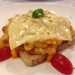 Photo taken at SPA FOODS by The Vegetarian Cottage (สปาฟู้ดส์ สาขากระท่อมมังสวิรัติ) by Bew P. on 12/18/2015