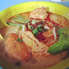 Photo taken at Kedai Makanan & Minuman USJ 2 (USJ 2 美食中心) by Chee Z. on 3/30/2014