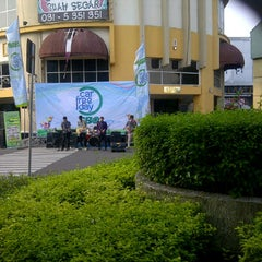 Photo taken at Car Free Day Tunjungan by Rani L. on 5/26/2013