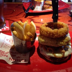 Photo taken at Red Robin Gourmet Burgers by Glenn M. on 5/27/2014