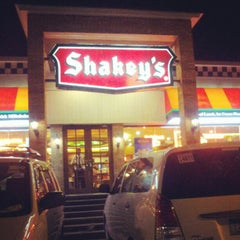 Photo taken at Shakey's by Flo B. on 3/28/2013