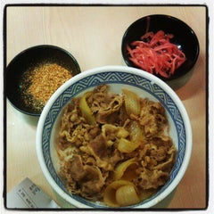Photo taken at Yoshinoya by John Aldrich Q. on 11/6/2012