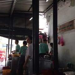 Photo taken at Ah Khoon Loh Mee (亚坤卤面) by Kevin K. on 5/10/2015