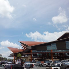 Photo taken at Sunday Market (Pasar Minggu Satok) by Ariry A. on 4/20/2014