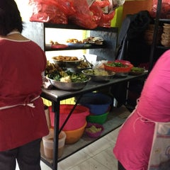 Photo taken at Nasi Pecel Sambel Tumpang by Noviawati S. on 2/15/2013