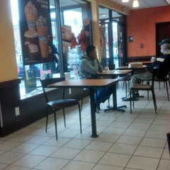 Photo taken at Dunkin' Donuts by Reinaldo D. on 11/24/2012
