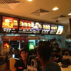 Photo taken at McDonald's - ماكدونالدز by Reden B. on 7/4/2013
