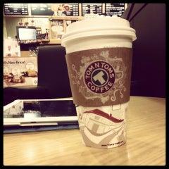 Photo taken at TOM N TOMS COFFEE by Ezgi E. on 8/12/2014