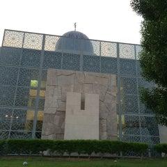 Photo taken at Abdulrahman Saddik Mosque by Melik Selcuk on 7/28/2014